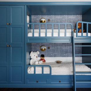 Пример оригинального дизайна: детская в морском стиле с спальным местом, синими стенами, темным паркетным полом и коричневым полом для мальчика