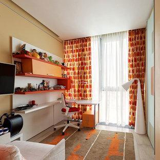 Неиссякаемый источник вдохновения для домашнего уюта: детская среднего размера в современном стиле с рабочим местом, желтыми стенами и светлым паркетным полом для подростка, мальчика