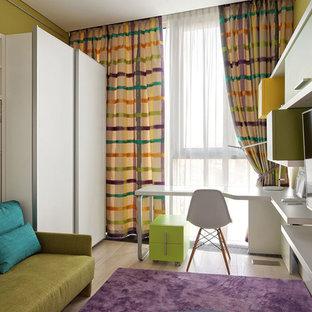 Свежая идея для дизайна: нейтральная детская среднего размера в современном стиле с рабочим местом, зелеными стенами и светлым паркетным полом для подростка - отличное фото интерьера