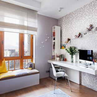 Новый формат декора квартиры: детская среднего размера в современном стиле с рабочим местом, паркетным полом среднего тона, коричневым полом и фиолетовыми стенами для подростка, девочки