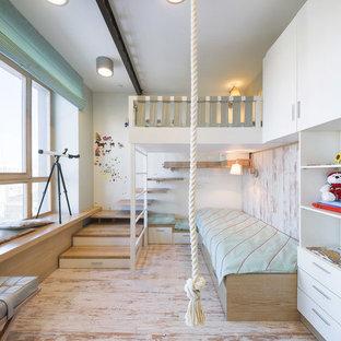Inredning av ett maritimt könsneutralt barnrum kombinerat med sovrum och för 4-10-åringar, med vita väggar och ljust trägolv