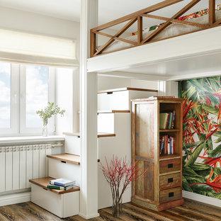 Immagine di una piccola cameretta per bambini eclettica con pareti bianche, parquet scuro e pavimento marrone