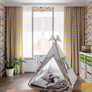 Пример оригинального дизайна: нейтральная детская с игровой в современном стиле с разноцветными стенами и коричневым полом