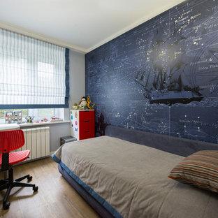 Diseño de dormitorio infantil de 4 a 10 años, actual, pequeño, con paredes grises, suelo de corcho y suelo marrón