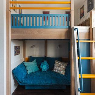 На фото: детская в современном стиле с спальным местом, белыми стенами, темным паркетным полом и коричневым полом для ребенка от 4 до 10 лет, мальчика