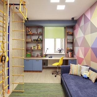 Idee per una cameretta per bambini da 4 a 10 anni boho chic di medie dimensioni con pareti multicolore, pavimento in laminato e pavimento beige