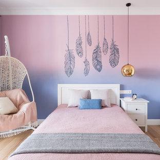 Удачное сочетание для дизайна помещения: большая детская в современном стиле с спальным местом, розовыми стенами, паркетным полом среднего тона и коричневым полом для подростка, девочки - самое интересное для вас