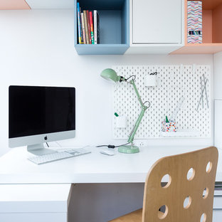 Свежая идея для дизайна: большая детская в современном стиле с рабочим местом, белыми стенами и правильным освещением для подростка, девочки - отличное фото интерьера