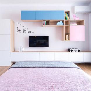 Стильный дизайн: большая детская в современном стиле с спальным местом, розовыми стенами, паркетным полом среднего тона и коричневым полом для подростка, девочки - последний тренд