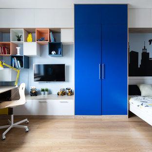 Свежая идея для дизайна: большая детская в современном стиле с рабочим местом, синими стенами, паркетным полом среднего тона и коричневым полом для ребенка от 4 до 10 лет, мальчика - отличное фото интерьера