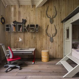 Пример оригинального дизайна: нейтральная детская в стиле рустика с спальным местом, коричневыми стенами, паркетным полом среднего тона и коричневым полом