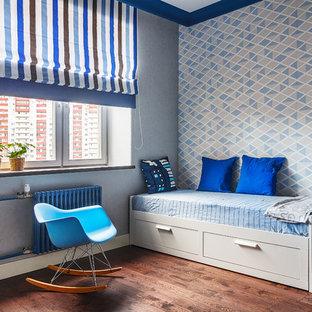 На фото: детские в современном стиле с спальным местом, разноцветными стенами и темным паркетным полом для мальчика