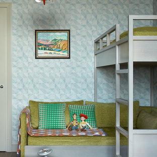 Idee per una cameretta per bambini design con parquet scuro e pareti blu