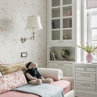 Imagen de dormitorio infantil tradicional con paredes multicolor, suelo de madera oscura y suelo marrón