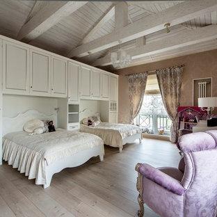 Новый формат декора квартиры: детская в классическом стиле с спальным местом, бежевыми стенами, светлым паркетным полом и бежевым полом для ребенка от 4 до 10 лет, девочки