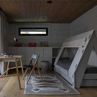 Свежая идея для дизайна: нейтральная детская в скандинавском стиле с серыми стенами, светлым паркетным полом и бежевым полом - отличное фото интерьера