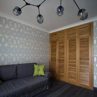 Idées déco pour une chambre d'enfant scandinave avec un mur gris, un sol en bois foncé et un sol noir.