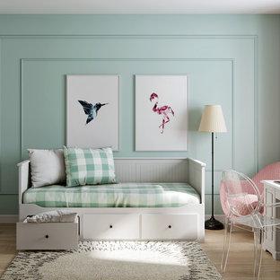 Ejemplo de dormitorio infantil costero con suelo de madera clara, suelo beige y paredes verdes
