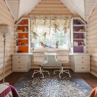 Exempel på ett litet klassiskt flickrum kombinerat med skrivbord och för 4-10-åringar, med beige väggar, mörkt trägolv och brunt golv