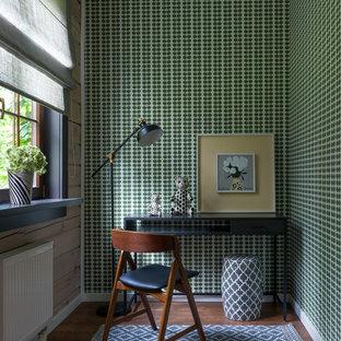 Свежая идея для дизайна: маленькая нейтральная детская в современном стиле с зелеными стенами, рабочим местом, паркетным полом среднего тона и коричневым полом для ребенка от 4 до 10 лет - отличное фото интерьера