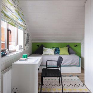 На фото: детская среднего размера в скандинавском стиле с белыми стенами, спальным местом, светлым паркетным полом и бежевым полом с