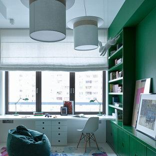 На фото: нейтральная детская в современном стиле с рабочим местом, светлым паркетным полом, белым полом и зелеными стенами