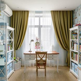 Свежая идея для дизайна: детская в современном стиле с рабочим местом, синими стенами, бежевым полом и обоями на стенах для девочки - отличное фото интерьера
