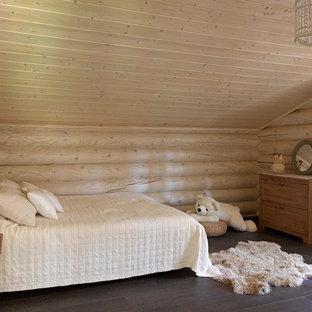 Ispirazione per una cameretta per bambini da 4 a 10 anni rustica di medie dimensioni con parquet scuro e pareti beige