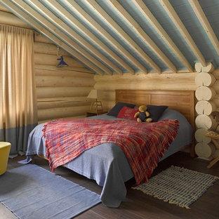 Foto de dormitorio infantil de 4 a 10 años, rústico, de tamaño medio, con suelo de madera oscura y paredes beige