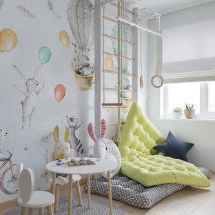 Ispirazione per una piccola cameretta per bambini da 1 a 3 anni nordica con pavimento in laminato, pavimento beige e pareti bianche