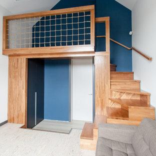 Modelo de dormitorio infantil contemporáneo, de tamaño medio, con paredes azules, suelo de corcho y suelo beige
