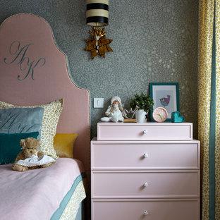 Идея дизайна: детская в стиле современная классика с паркетным полом среднего тона, коричневым полом, спальным местом и зелеными стенами для девочки