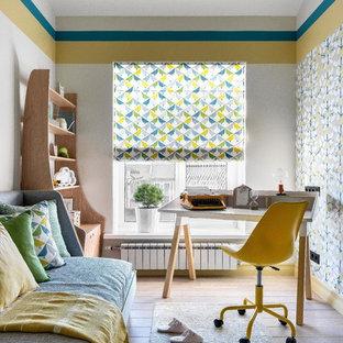 Nordisk inredning av ett mellanstort pojkrum kombinerat med skrivbord, med grå väggar och mellanmörkt trägolv