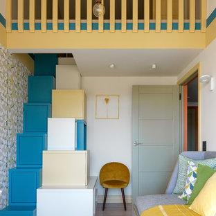 Свежая идея для дизайна: детская среднего размера в скандинавском стиле с паркетным полом среднего тона, спальным местом и белыми стенами для мальчика - отличное фото интерьера
