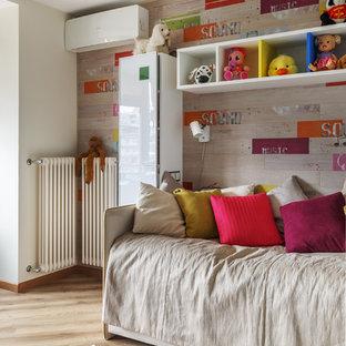 Inredning av ett modernt mellanstort flickrum kombinerat med sovrum och för 4-10-åringar, med vita väggar, vinylgolv och beiget golv