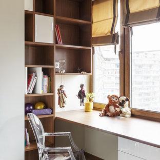 Esempio di una cameretta per bambini da 4 a 10 anni minimal di medie dimensioni con pavimento in vinile, pavimento beige e pareti beige
