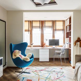 Réalisation d'une chambre de fille de 4 à 10 ans design de taille moyenne avec un bureau, un mur blanc, un sol en vinyl et un sol beige.