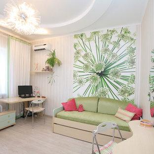 Exempel på ett litet modernt barnrum kombinerat med sovrum, med flerfärgade väggar, linoleumgolv och beiget golv
