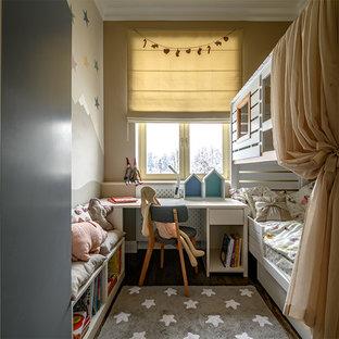 На фото: маленькая детская в скандинавском стиле с темным паркетным полом, коричневым полом и коричневыми стенами для девочки с
