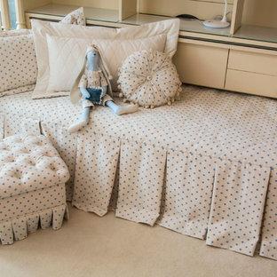 Exemple d'une chambre d'enfant de 4 à 10 ans romantique de taille moyenne avec un mur bleu et moquette.