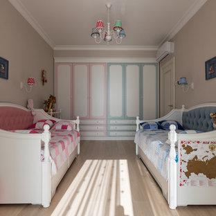 Пример оригинального дизайна интерьера: маленькая детская в классическом стиле с спальным местом и бежевыми стенами для ребенка от 4 до 10 лет, девочек или мальчиков