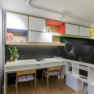 Стильный дизайн: нейтральная детская в современном стиле с рабочим местом, черными стенами, светлым паркетным полом и бежевым полом - последний тренд