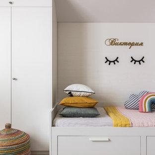 Выдающиеся фото от архитекторов и дизайнеров интерьера: детская среднего размера в современном стиле с спальным местом, белыми стенами, паркетным полом среднего тона и коричневым полом для девочки