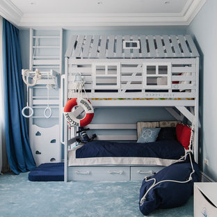 Großes Maritimes Kinderzimmer mit Schlafplatz, blauer Wandfarbe, Teppichboden und blauem Boden in Moskau