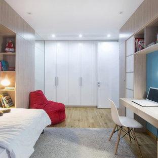 Свежая идея для дизайна: детская в современном стиле с спальным местом, синими стенами, паркетным полом среднего тона и коричневым полом для мальчика - отличное фото интерьера