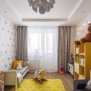 Свежая идея для дизайна: большая нейтральная детская в современном стиле с белыми стенами, спальным местом, светлым паркетным полом и коричневым полом для ребенка от 1 до 3 лет - отличное фото интерьера