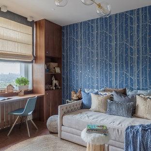 Ispirazione per una cameretta per bambini da 4 a 10 anni contemporanea di medie dimensioni con pareti blu, pavimento in sughero e pavimento marrone