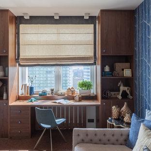 Idéer för att renovera ett mellanstort funkis barnrum, med blå väggar, korkgolv och brunt golv