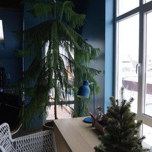 Idées déco pour une grande chambre d'enfant de 4 à 10 ans industrielle avec un mur bleu, un sol en carrelage de porcelaine et un sol gris.