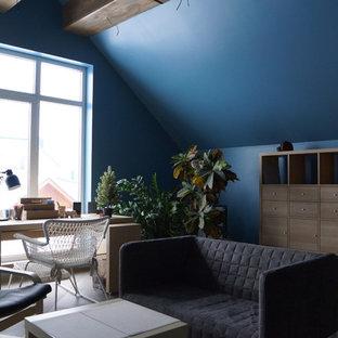 Aménagement d'une grande chambre d'enfant de 4 à 10 ans industrielle avec un mur bleu, un sol en carrelage de porcelaine et un sol gris.